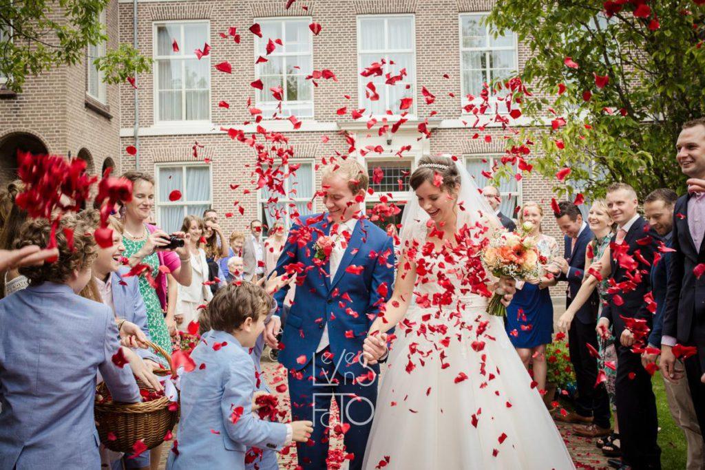 LevensFoto - huwelijk Therese en Kees Opperdoes, medemblik, bloemen strooien