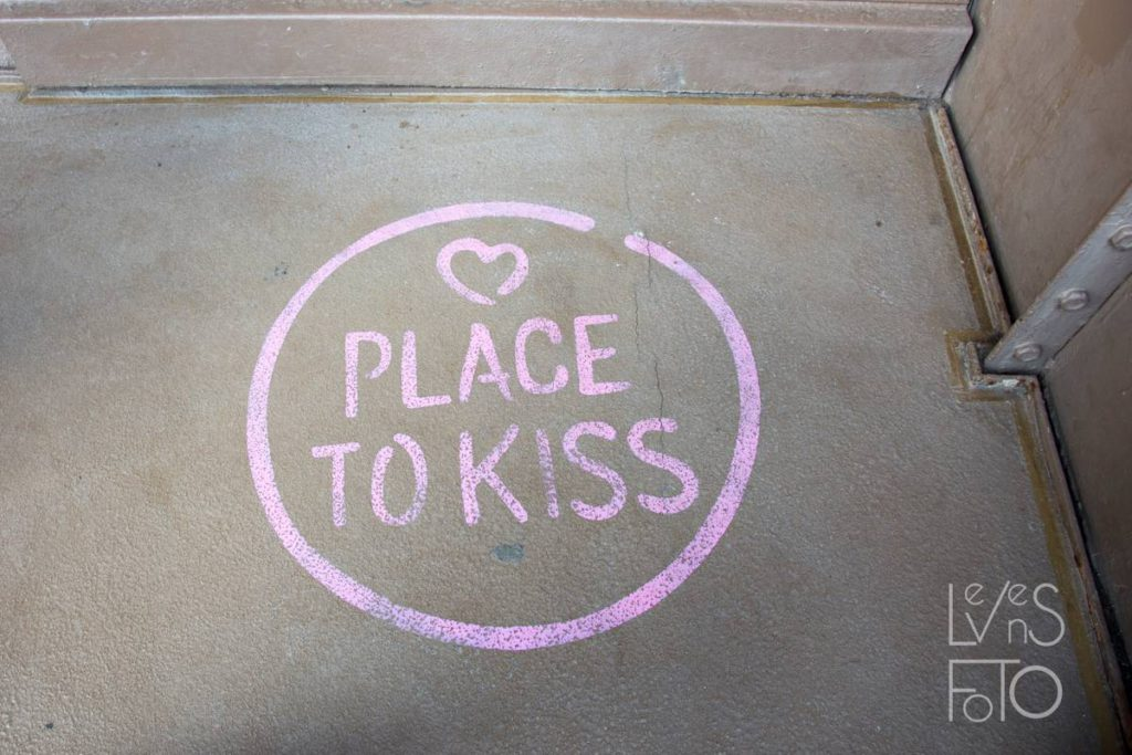 PARIJS PLACE TO KISS
